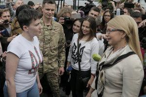 Ukrajinská expremiérka Julija Tymošenková (vpravo) s pilotkou a političkou Nadiou Savčenkovou.