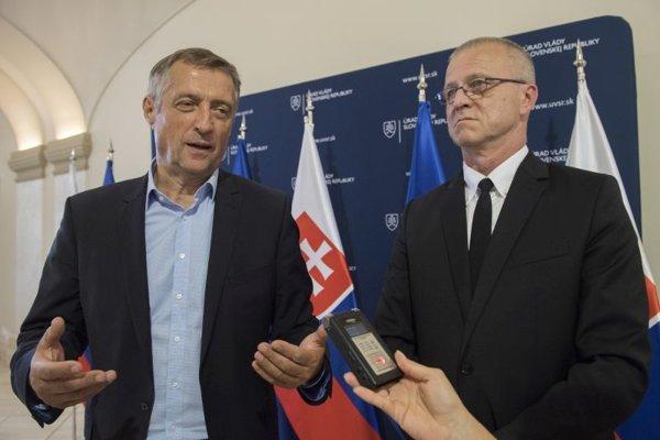Vľavo predseda OZ KOVO Emil Machyna a vpravo predseda Základnej organizácie OZ KOVO - Podpolianske strojárne Stanislav Ľupták.