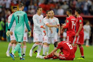 Hráči oboch tímov si podávajú ruky.