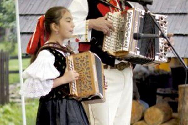 Starší, aj mladší. Všetci ľúbia heligónku a predviedli to v Čičmanoch.
