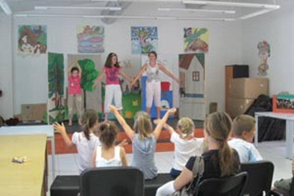 Takto to vyzeralo minulý rok. Deti v knižnici tancovali, aj hrali divadlo.