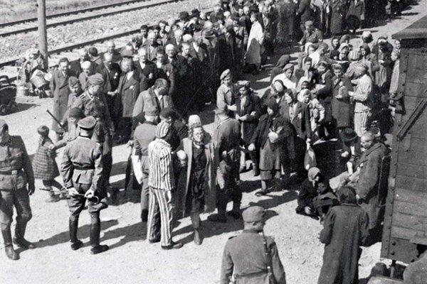 Selekcia väzňov v koncentračnom tábore Auschwitz-Birkenau, na ktorej sa Mengele pravidelne podieľal.