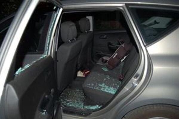 Páchateľ sa vlámal do odstaveného auta.