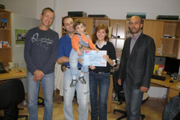 Naj baby plavec roka 2011, trojročný Dominik Hajdúch. S rodičmi prijímal gratulácie od Petra Fiabáne a Ľuboša Kuchára z Elbyt marketu.