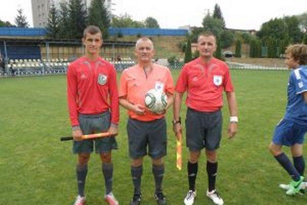 Rodinné rozhodcovské trio. Vľavo synovec Andrej Pecuš, v strede Marian Pecuš, vpravo brat Jaroslav Pecuš.
