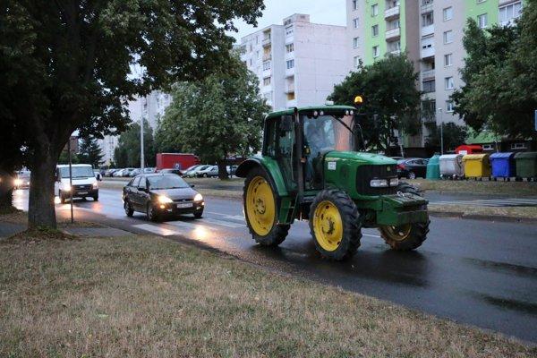 Traktory v uliciach mesta.