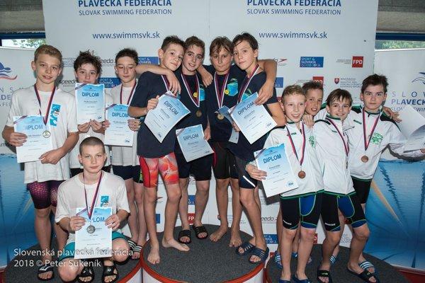 Zlatá žilinská štafeta mladších žiakov (v strede).