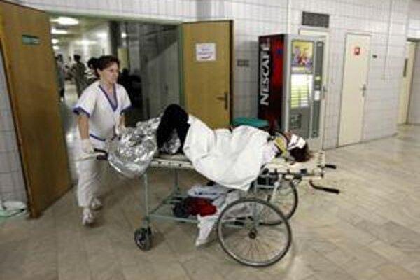 Zranení sú stále v ohrození života.