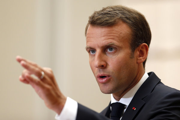 Macron je za sankcie voči krajinám, ktoré odmietajú azylantov