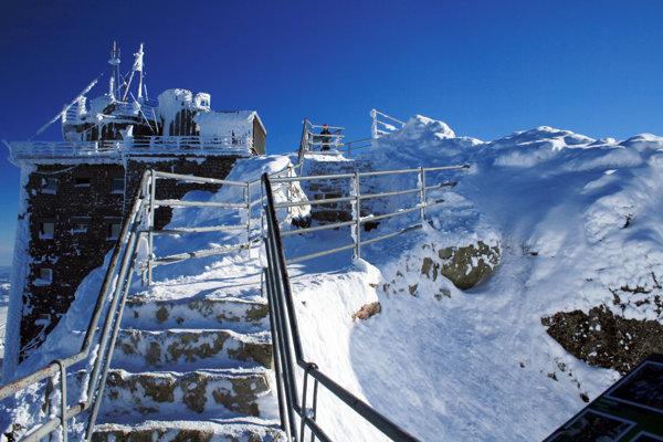 Lomnický štít je pod snehom.