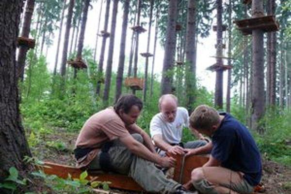 Zľava: Šimon Kozič, Roman Bohovic a Vlado Randa pripravujú jednu z prekážok, ktorú umiestnia na strom. V združení Preles im pomáha aj Michal Butek.