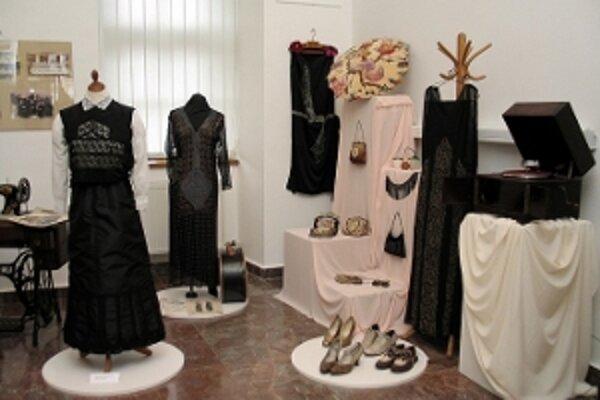 Výstava Ako si žili ženy zachytáva život žien v 19. a 20. storočí.