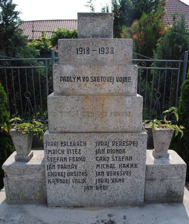 Na snímke v parčíku pri hlavnej križovatke v obci Ďurkov (okr. Košice-okolie) stojí kamenný pomník na pamiatku obetí prvej svetovej vojny. Na bojiská tzv. Veľkej vojny boli v rámci uhorskej armády odvedení aj mnohí muži z Ďurkova, nasadení boli na balkánskom a talianskom fronte. Žulový pomník padlým postavili v 30. rokoch 20. storočia, vyrytých je doň 13 mien obetí. Pomník obnovili v roku 2013.