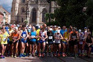 Bežci sa pripravujú na štart polmaratónu Košice - Seňa.