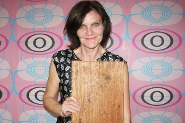 Jana Oľhová. Získala DOSKY 2009 za úlohu Sary v hre žilinského divadla Mobil.