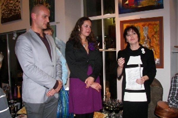 Milina Zimková (v strede) a Norbert Kelecsényi spoločne vystavujú v Galérii Aura.