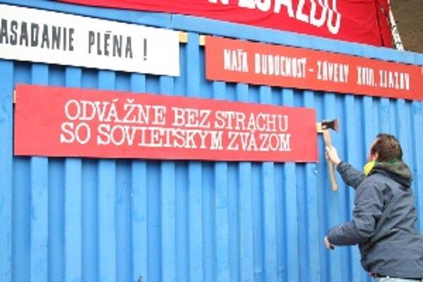 Podujatie MEMORY KONTROL 1989 - 2009 začne otvorením inštalácie Alexa Mlynárčika - Závery 89. zjazdu nesplníme, ktorý obvešal celú budovu divadla S2 transparentami spred roku '89.