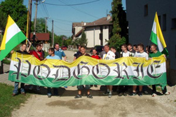 Mátohy na pochode obcou pred zápasom s najväčším rivalom - susednou dedinou Lietava.