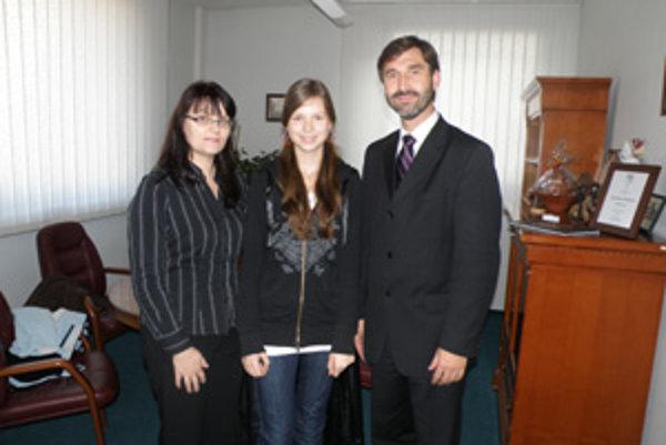 Zuzana Hromcová (v strede) s mamou Katarínou a žilinským županom Jurajom Blanárom.