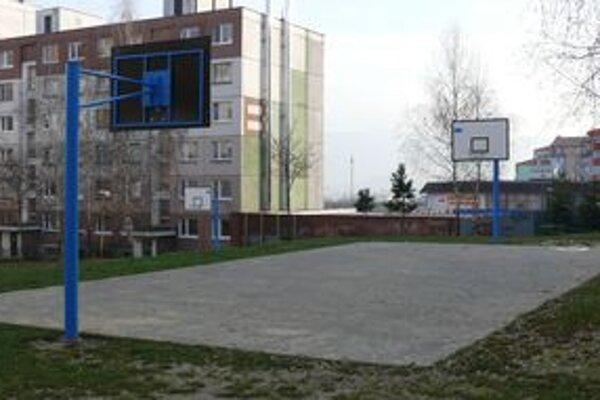 Nové basketbalové koše na sídlisku Hájik.