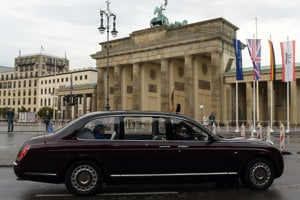 Podľa toho, aká soška sa nachádza na kapote červeného Bentley Arnage R poznáte, ktorý člen kráľovskej rodiny sa v tomto špeciáli vezie.  Pre kráľovnú Alžbetu II. je vyhradená soška Svätého Juraja, ktorý zabíja draka. Auto je obrnené, aj pneumatiky sú zosilnené kevlarom.
