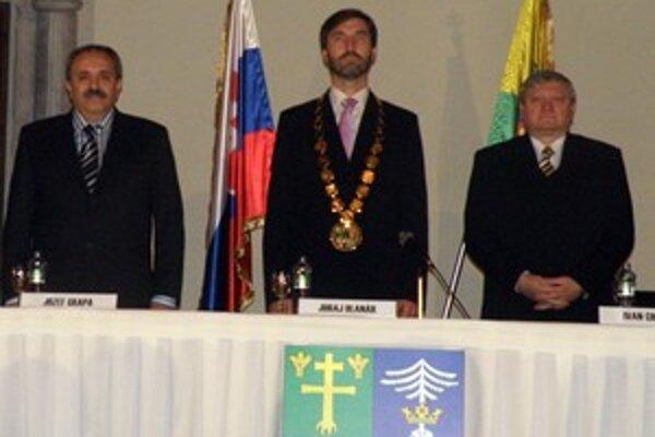 Staronový predseda Žilinského samosprávneho kraja Juraj Blanár, kandidát SMER-u a HZDS. Vedľa neho podpredsedovia kraja z minulého volebného obdobia, vľavo Jozef Grapa a vpravo Ivan Chaban.