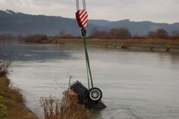 Autá vytiahli z kanálu rieky Váh. Na zábere čierny Ford Mondeo.