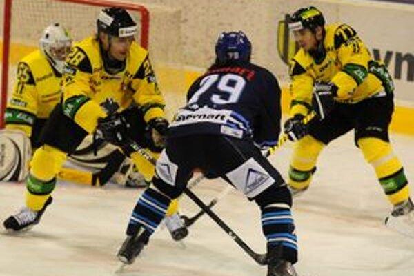 Gabriel Spilar (úplne vpravo) mení žilinský dres za dres fínskeho tímu Espoo Blues.
