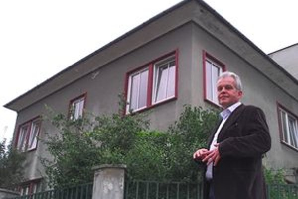 Vladimír Vidra pred ceneným domom. Uspel na súde aj prokuratúre.
