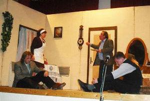 Ochotnícke divadlo Jablonové hosťuje s veselohrou Ferdo detektívom.