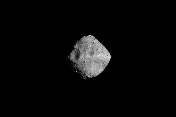 Planétka Ryugu zachytená sondou Hajabusa 2 zo vzdialenosti štyridsať kilometrov.