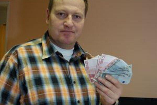 Náčelník Mestskej polície Peter Majstrík odovzdal peniaze pravej majiteľke.