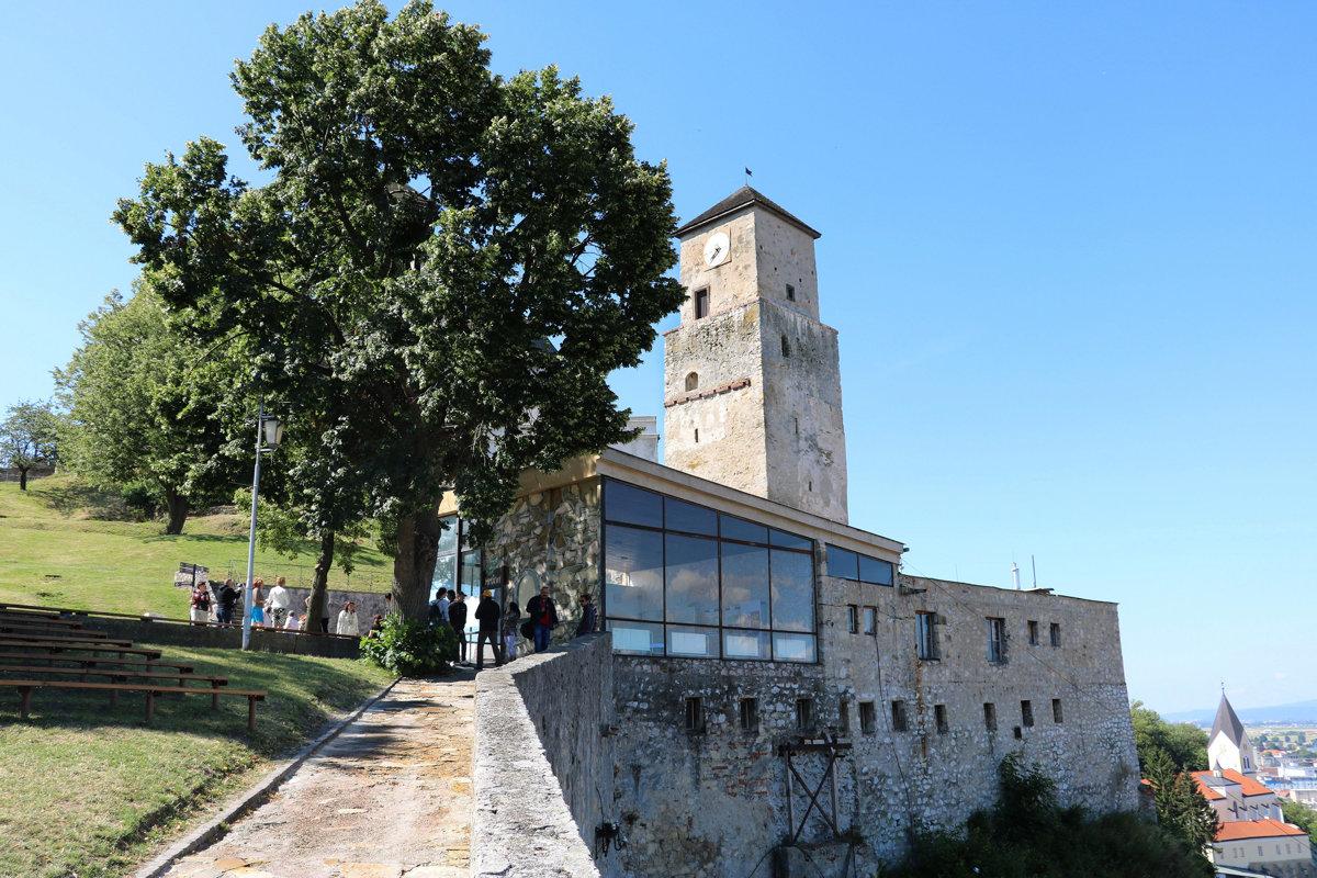 FOTO  Jednu z budov Trenčianskeho hradu zrekonštruujú za takmer pol ... 58f7ad82378