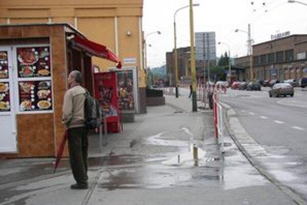 Na Hviezdoslavovej ulici dve ženy napadli muža a ukradli mu peniaze.