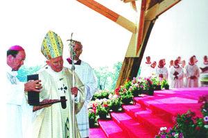 Júl 1995 - Pápež Ján Pavol II. slúži omšu na levočskej Hore.