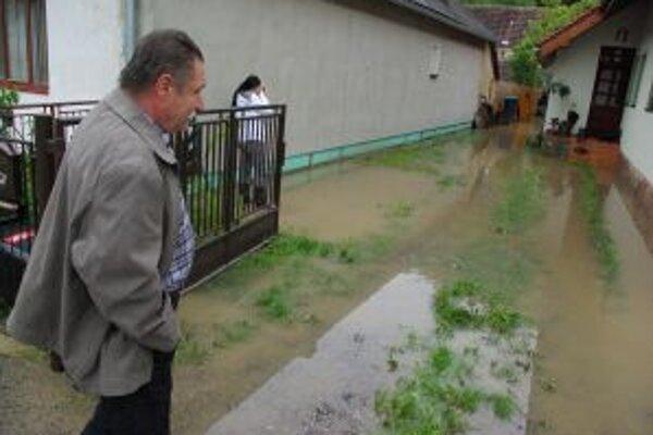 Rozvodnená Rajčianka sa upokojila. Hladina vody klesla.