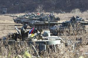 Na snímke tanková jednotka  juhokórejskej armády v tankoch K55 počas spoločného vojenského cvičenia s jednotkami americkej armády v Paju neďaleko hraníc so Severnou Kóreou 29. novembra 2017.