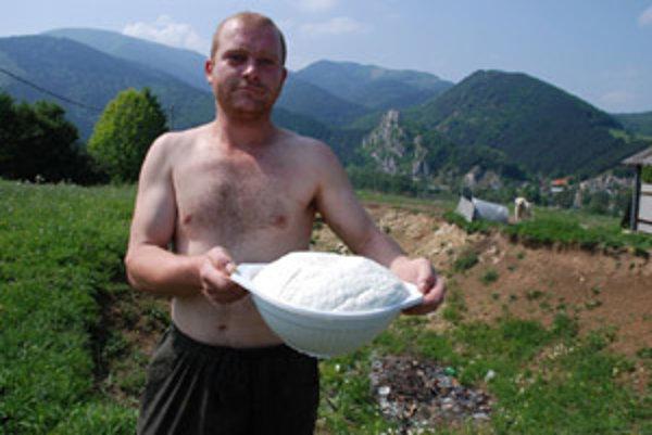 Ošetrovateľ kôz Daniel Kuba s čerstvo dorobeným kozím syrom.