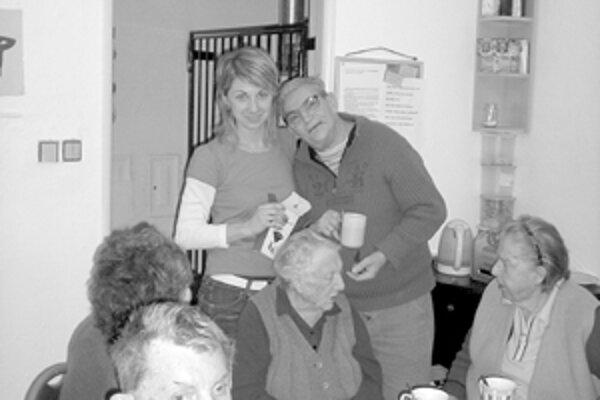 Klienti domova z Domu charity sv. Kamila v Žiline Štefan a Justín zaujatí prácou.