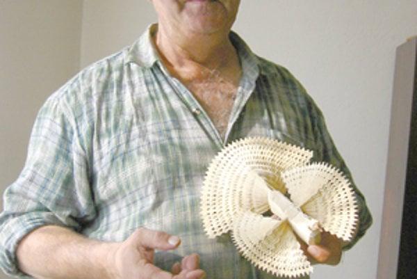 Vyrobiť väčšiu holubicu trvá Jánovi aj dve a pol hodiny.