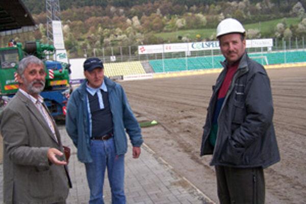 Zľava: Ján Kováčik, stavebný manažér MŠK Žilina, Stanislav Čurilla, stavbyvedúci a Pavol Šín, technický dozor investora v stredu 18. apríla na štadióne MŠK Žilina počas rekonštrukčných prác a výmeny trávnika.