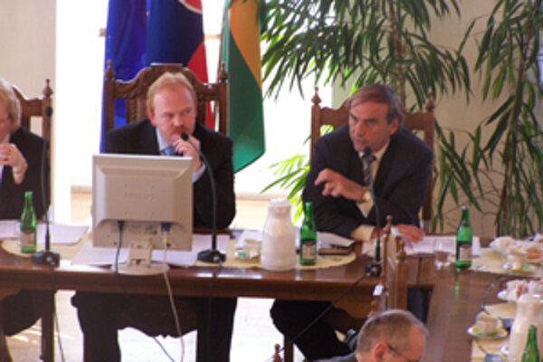 Poslanci žilinského Mestského zastupiteľstva minulý týždeň rozhodli aj o navýšení úveru. Primátor Ivan Harman (vľavo) informoval, že na to použijú už existujúcu úverovú linku. Na snímke vpravo prednosta MÚ Viliam Mikuláš.