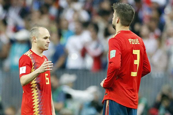 Po osemfinálovom konci na MS sa rozhodli skončiť Andrés Iniesta (vľavo) a po ňom aj stopér Gerard Pique.