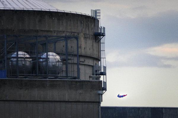 Dron v tvare Supermena letí do steny chladiacej veže.