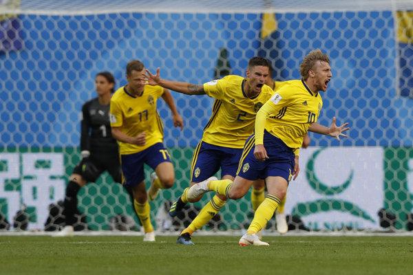 Švédi sa radujú po góle Emila Forsberga (vpravo).
