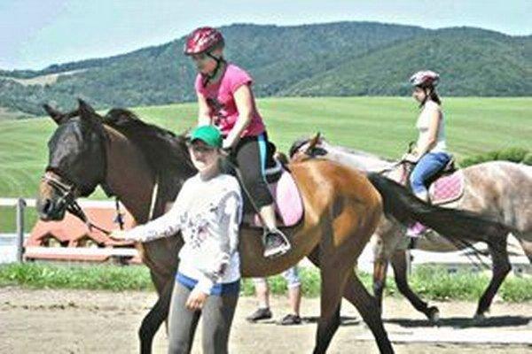 Počas tábora v Papradne sa deti učili jazdiť na koňoch.