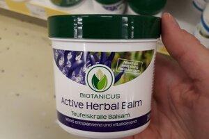 Telový krém Active Herbal Balm od značky Biotanicus. Výrobcom je Maxbrands Marketing z Holandska.