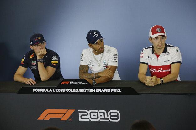 Lewis Hamilton (v strede) je najväčším favoritom na triumf vo Veľkej Británii.