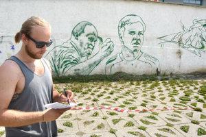 Na opornom múre na Lidickom námestí nebudú chýbať ani portréty Rada Zábavníka a Mariána Matyáša.