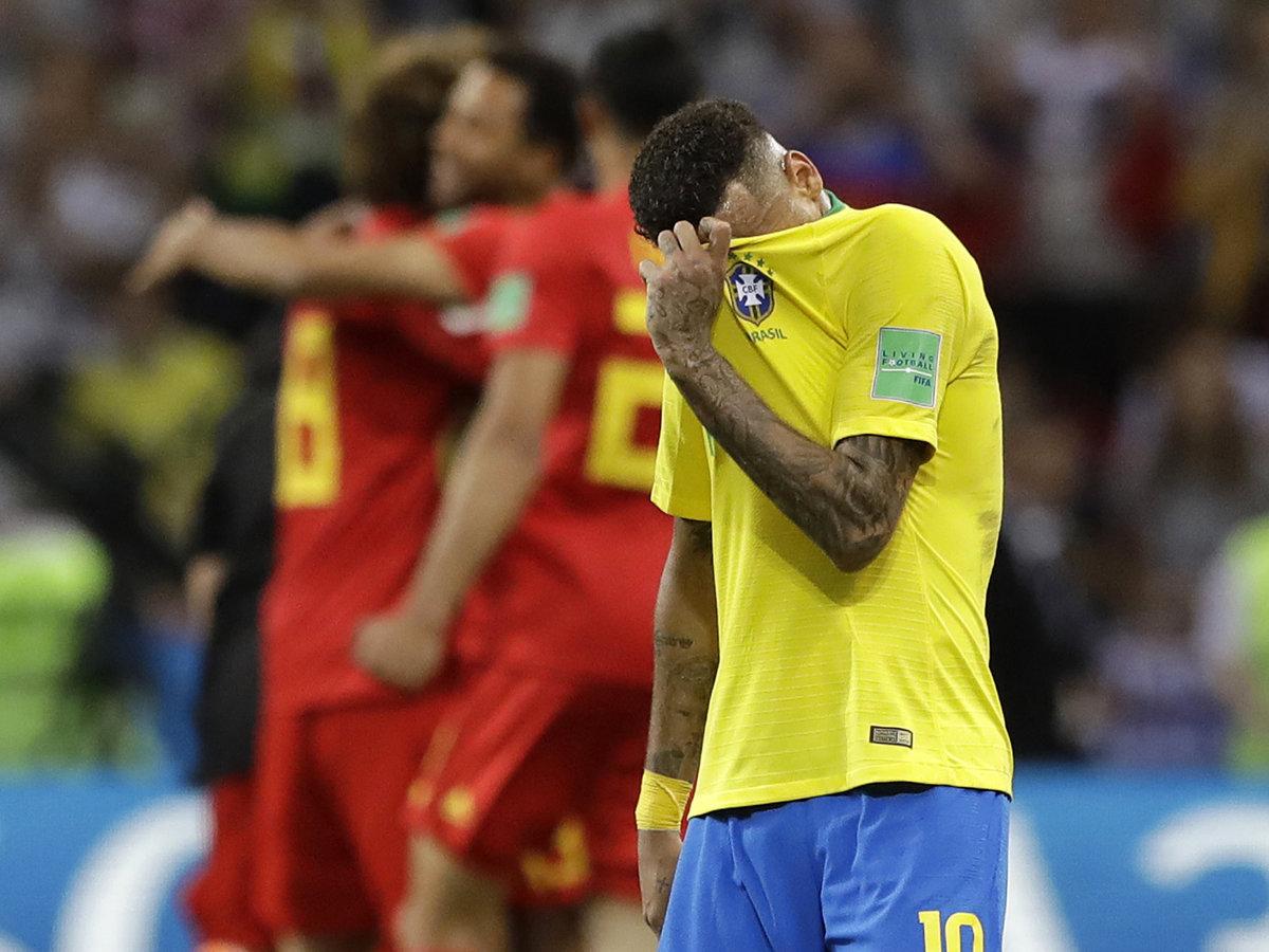 4d12ef550c9dd ... histórie Brazílčan Neymar si schováva tvár po prehre s  Belgickom.(Zdroj: TASR/AP)